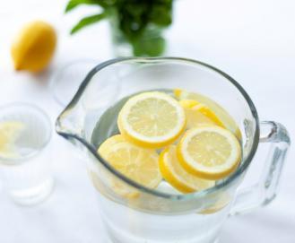 Água com limão: O que é verdade e o que é mito