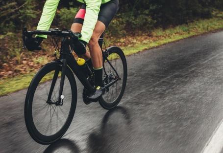 O que você precisa saber para pedalar na chuva